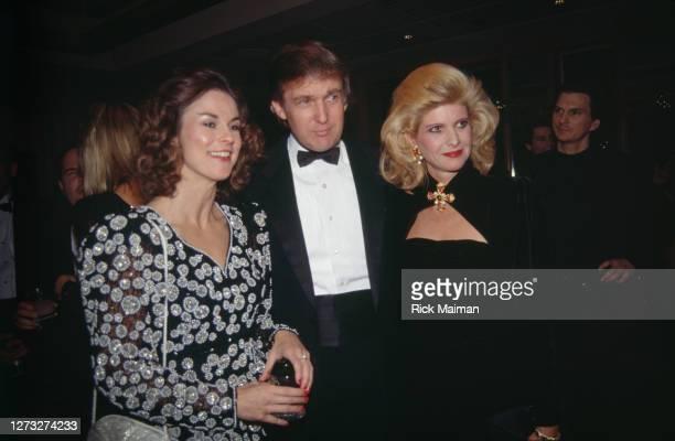 Donald Trump avec sa femme Ivana et Christie Hefner au 35éme anniversaire de Playboy à New-York.