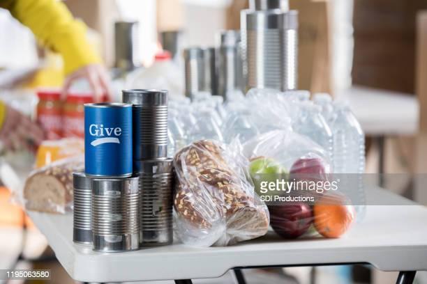 donerade matvaror på ett bord under mat disken - matbank bildbanksfoton och bilder