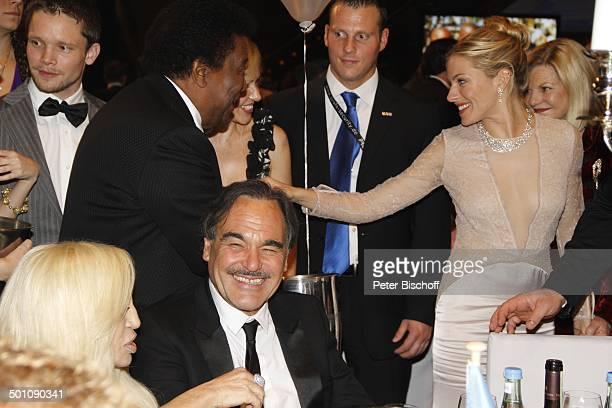 Donatella Versace Oliver Stone dahinter Roberto Blanco Lebensgefährtin Luzandra Strassburg Sienna Miller CharityVeranstaltung 18 UnescoBenefizGala...