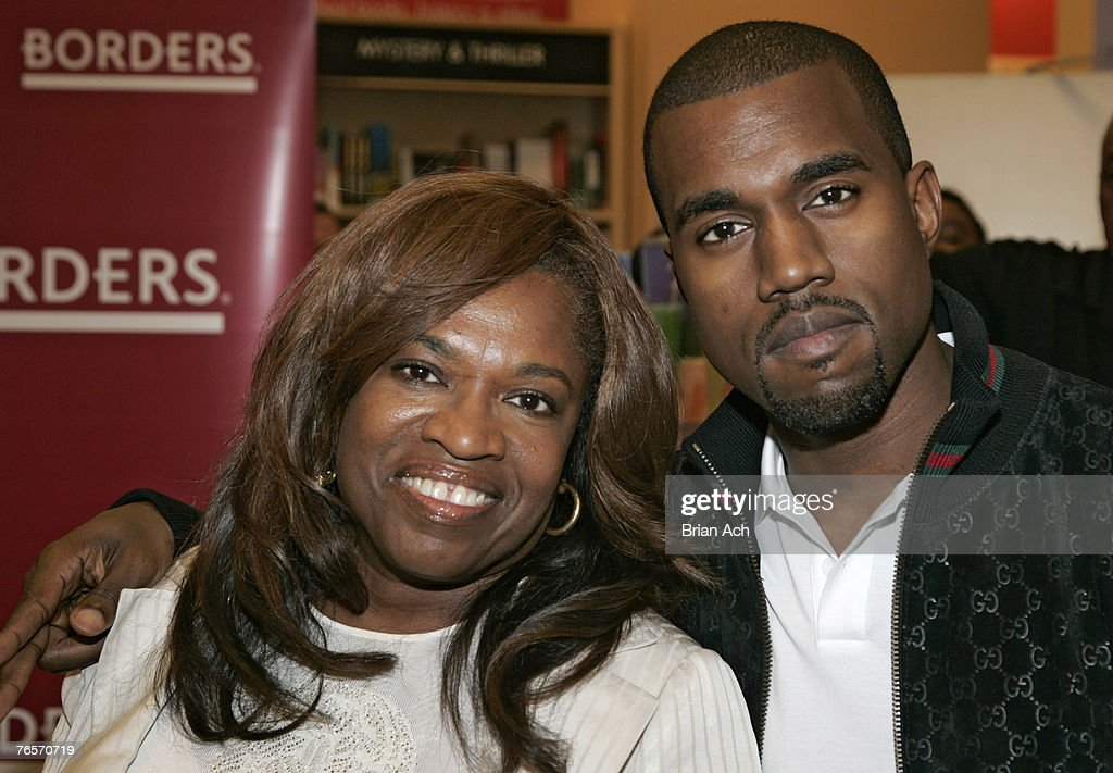 """Donda West Signs Copies of Her New Book, """"Raising Kanye"""" - June 6, 2007 : News Photo"""
