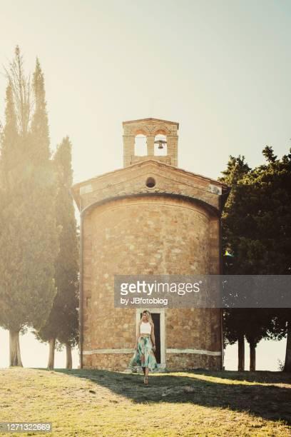 donna in visita alla cappella di vitaleta - visita stockfoto's en -beelden