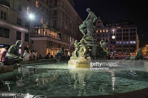 donnerbrunnen fountain in neuer market at night. - emreturanphoto stock pictures, royalty-free photos & images