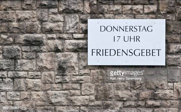 --donnerstag 17 uhr friedensgebet-- german for --thursday, 5pm, prayer for peace--, sign on a church wall, erfurt, thuringia, germany - 木曜日 ストックフォトと画像