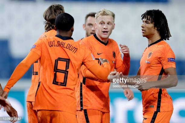 Donny van de Beek of Holland celebrates 1-1 with Hans Hateboer of Holland, Georginio Wijnaldum of Holland, Nathan Ake of Holland during the UEFA...