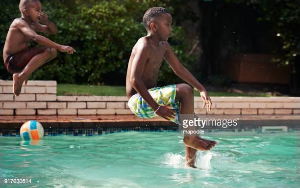 nicht ruhig bleiben, es ist sommer! - knaben in badehosen stock-fotos und bilder