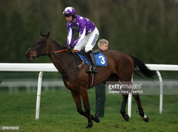 Dont Tell Nina ridden by William Kennedy going to post for the Events Bar Management Maiden Hurdle
