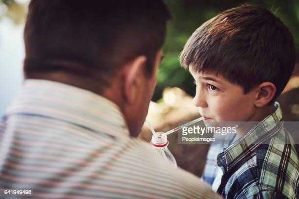 ¿no diga a tu madre que te dio soda, ok? - linda pop fotografías e imágenes de stock