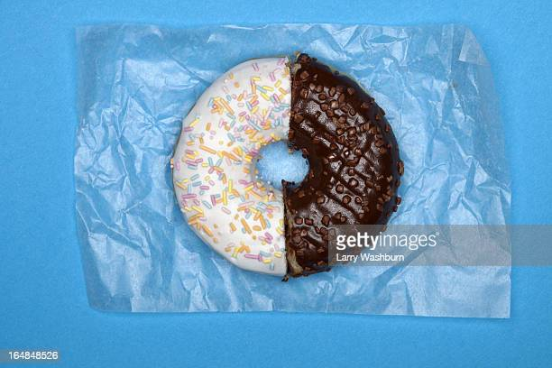 a donut made from two halves - dois objetos - fotografias e filmes do acervo
