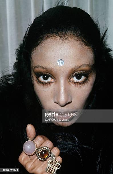 Donyale Luna Pose For Fashion Photographs En avril 1968 lors d'une séance de photographies de mode l'actrice et mannequin Donyale LUNA pose avec un...