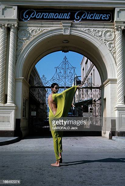 Donyale Luna Pose For Fashion Photographs Hollywood avril 1968 Lors d'une séance de photographies de mode devant le portail d'entrée des studios de...