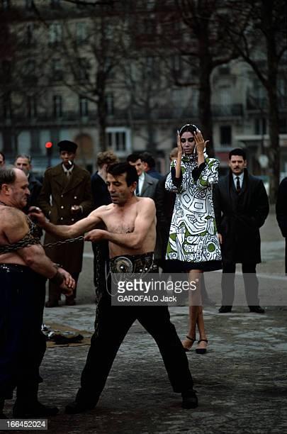 Donyale Luna Pose For Fashion Photographs Paris 1966 Dans une rue lors d'une séance de photographies de mode l'actrice et mannequin Donyale LUNA...