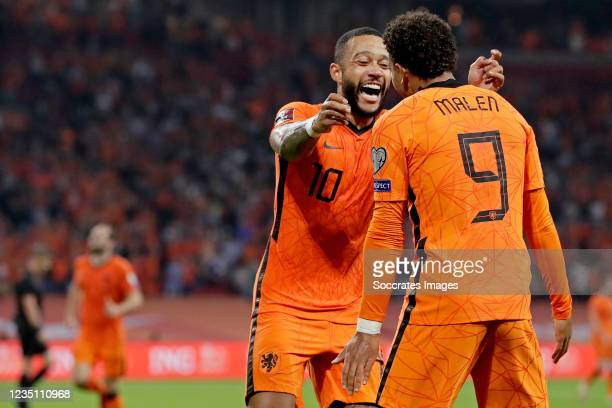 Donyell Malen of Holland celebrates 6-0 with Memphis Depay of Holland during the World Cup Qualifier match between Holland v Turkey at the Johan...