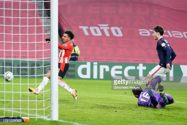 Donyell Malen of PSV scores the first goal to make it 1-0 during the Dutch Eredivisie match between PSV v Fc Twente at the Philips Stadium on...