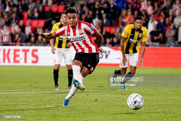 Donyell Malen of PSV scores the fourth goal to make it 4-0 during the Dutch Eredivisie match between PSV v Vitesse at the Philips Stadium on...
