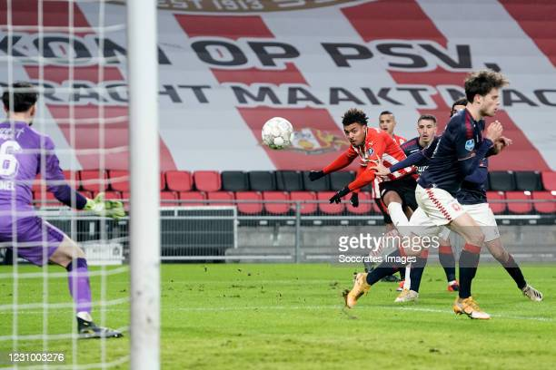 Donyell Malen of PSV scores the third goal to make it 3-0 during the Dutch Eredivisie match between PSV v Fc Twente at the Philips Stadium on...