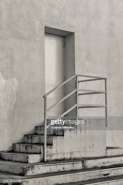 door access stairs - vicente méndez fotografías e imágenes de stock