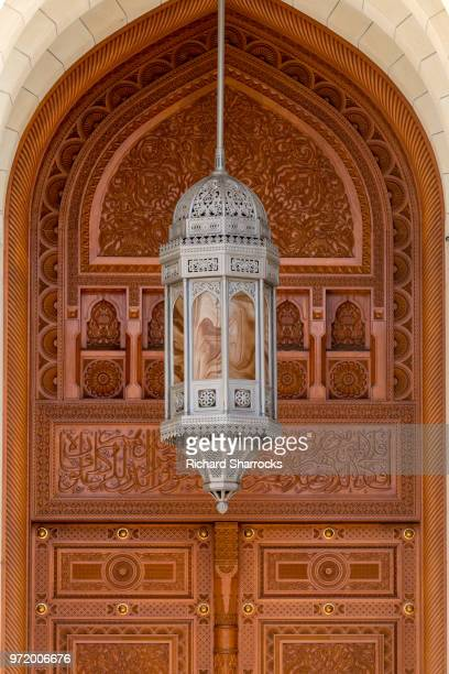 door and lantern, sultan qaboos grand mosque, muscat, oman - sultan qaboos mosque stock pictures, royalty-free photos & images
