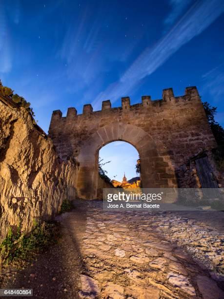 Door of entry between the walls of a castle to a village of medieval origin. Las Cuevas de Cañart, Aragon, Sapin.