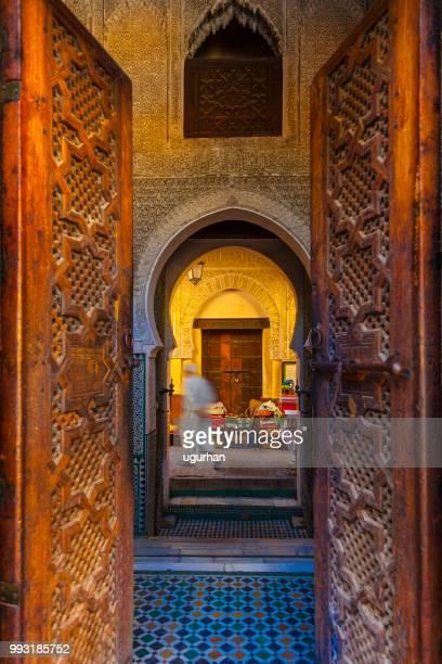 tür der madrasa al-attarine-moschee in fes, marokko. - marokko stock-fotos und bilder