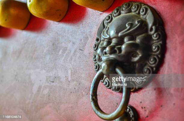 door of ming temple, nanjing, china. a glimpse of chinese cultural art and architecture, which is quite rich and a part of japanese / chinese ancient culture expanding over various dynasties including ming dynasty - nanjing stock pictures, royalty-free photos & images
