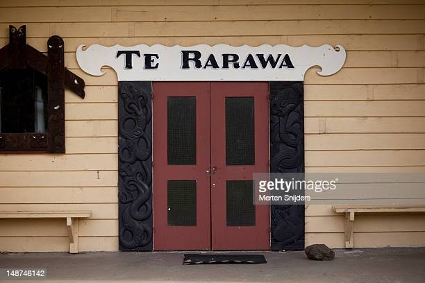 door of te rarawa marae on pukepoto road. - merten snijders stock-fotos und bilder