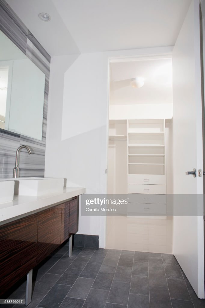 Door open to walk-in closet from modern bathroom : Foto stock