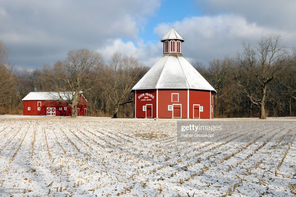 Door Prairie Rond Barn (1882) in a winter landscape with snow : Photo