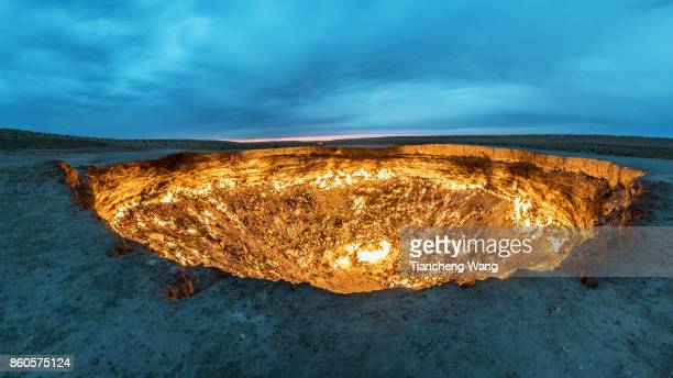 door to hell in turkmenistan - トルクメニスタン ストックフォトと画像