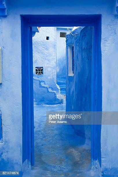 doorway, chefchaouen, morocco - chefchaouen photos et images de collection