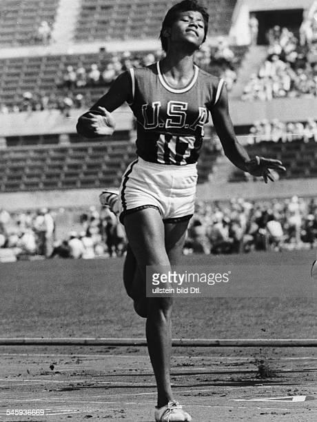 Doppel Olympiasiegerin Wilma Rudolph bei einem Zieleinlauf September 1960