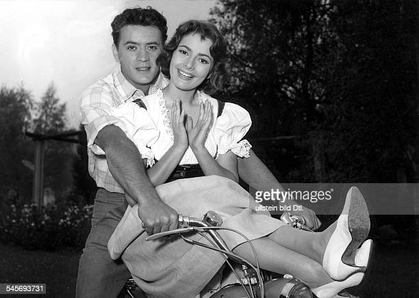 Dor Karin Actress Germany * Scene from the movie 'Almenrausch und Edelweiss' with Bert Fortell Directed by Harald Reinl West Germany 1957 Produced by...