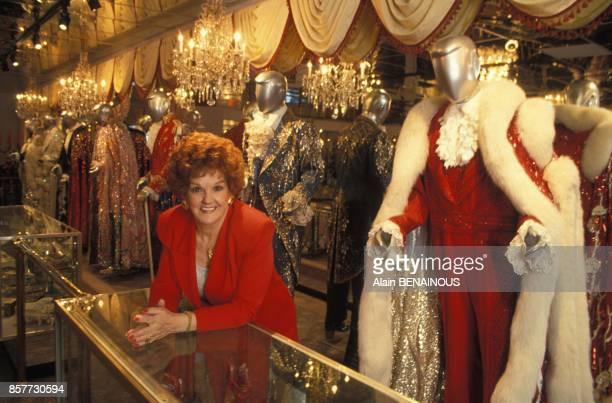 Dora Liberace bellesoeur du celebre musicien Liberace et directrice du musee qui lui est dedie elle est entouree des tenues kitsch que Liberace...