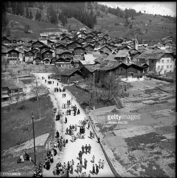 Dorfbewohner auf dem Weg zur Kirche in Chermignon, 1955