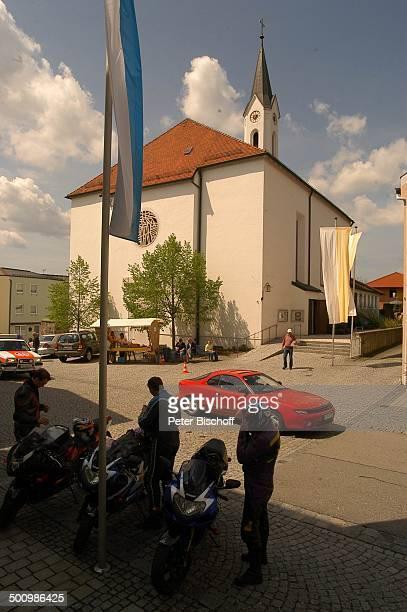 DorfKirche in der Papst Benedikt XVI getauft wurde Passanten Gemeinde Marktl Geburtsort von Papst Benedikt XVI ExKurienkardinal Dr Joseph Ratzinger...