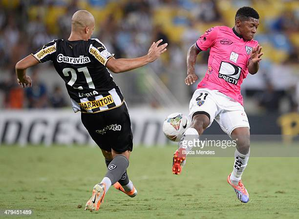 Doria of Botafogo battles for the ball against Jonathan Gonzalez of Independiente del Valle during a match between Botafogo and Independiente del...