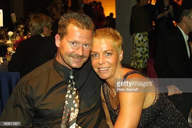 Doris Dörrie Lebensgefährte Helge Weindler Lebensgefährte Hans Mahr Gala Verleihung Deutscher Fernsehpreis 2002 Köln Coloneum Foyer umarmen Brille