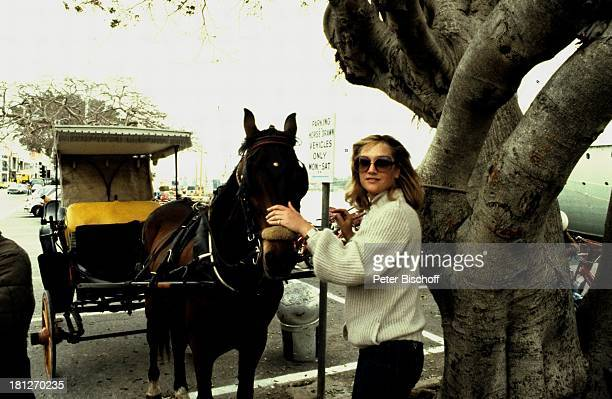 Doris Kunstmann am Rande der Dreharbeiten zur ZDFReihe Traumschiff Folge 4 Karibik/ Dominikanische Republik Karibik Urlaub Pferdekutsche Pferde Tier...