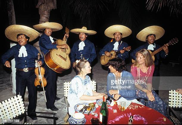 Doris Kunstmann Herbert Herrmann Jutta Speidel neben den Dreharbeiten zur ZDFReihe Traumschiff Folge 6 Karibik Bahamas Restaurant MusikGruppe Gitarre...