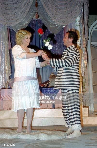 Doris Kunstmann Name auf Wunsch Theaterstück Lily und Lily Kostüm Maske Bühne Theater Schauspielerin Schauspieler Promis Prominente Prominenter