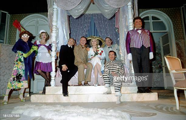 Doris Kunstmann und andere Darsteller Theaterstück Lily und Lily Kostüm Maske Bühne Theater Schauspielerin Schauspieler Promis Prominente Prominenter
