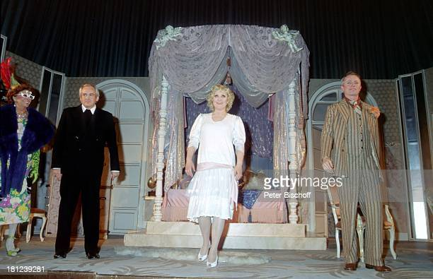 Doris Kunstmann und andere Darsteller Theaterstück 'Lily und Lily' Kostüm Maske Bühne Theater Schauspielerin Schauspieler Promis Prominente...