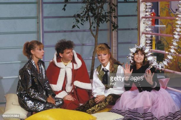 Dorothée avec Jacky Karen Cheryl et Chantal Goya dans un émission de télévision le 3 décembre 1985 à Paris France