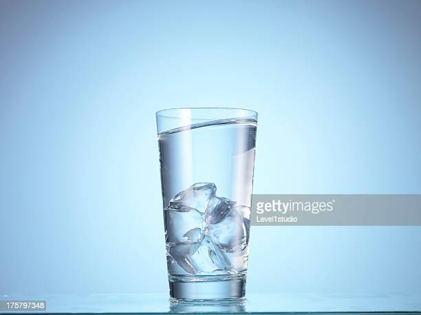 Dorppiong ice cube into glass