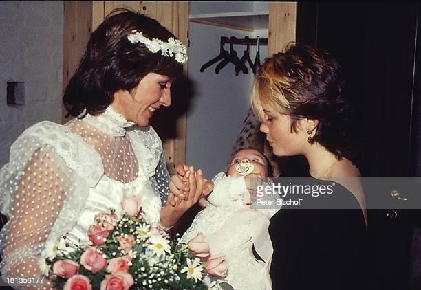 Dorthe Kollo Tochter Nathalie Hochzeit von Dorthe Kollo und Bernd Klinkert Samsö Dänemark Skandinavien Europa Hochzeitskleid Blumenkranz Baby Mutter...