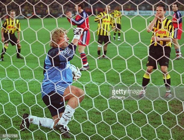 Dortmund BORUSSIA DORTMUND FC BAYERN MUENCHEN 11 Vergebene Torchance von Fredi BOBIC/DORTMUND TORWART Oliver KAHN/Bayern jubelt