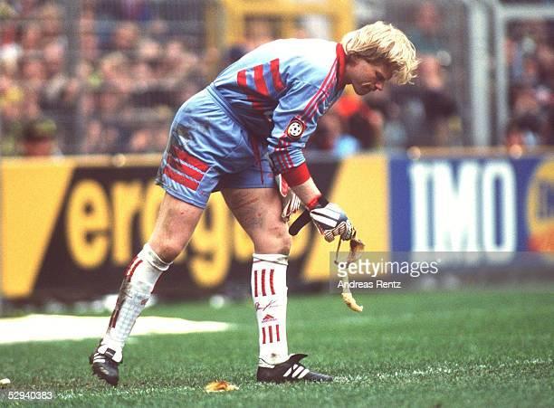 1 BUNDESLIGA 98/99 Dortmund BORUSSIA DORTMUND FC BAYERN MUENCHEN 22 Torwart Oliver KAHN/BAYERN sammelt Bananenschalen auf