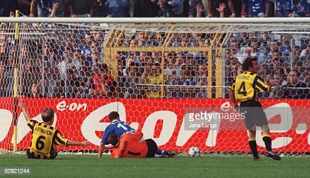 Dortmund; BORUSSIA DORTMUND - FC SCHALKE 04 0:4; EIGENTOR ZUM 0:3: Torschuetze Joerg HEINRICH/DORTMUND