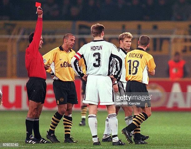 Dortmund BORUSSIA DORTMUND ROSENBURG TRONDHEIM 03 Schiedsrichter Antonio LOPEZ NIETO zeigt Lars RICKEN /Dortmund die ROTE KARTE