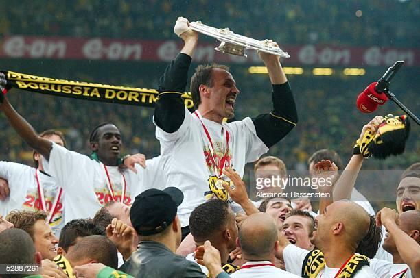 Dortmund; BORUSSIA DORTMUND - SV WERDER BREMEN 2:1; BORUSSIA DORTMUND DEUTSCHER FUSSBALLMEISTER 2002; JUBEL Juergen KOHLER mit Meisterschale