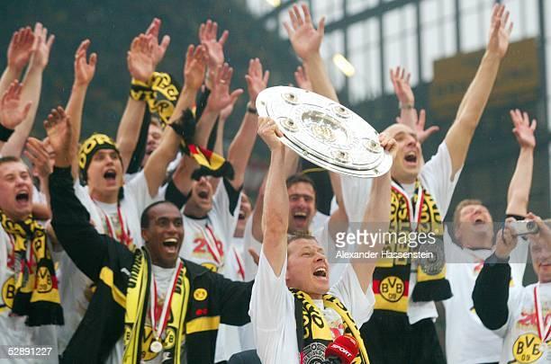 1 BUNDESLIGA 01/02 Dortmund BORUSSIA DORTMUND SV WERDER BREMEN 21 BORUSSIA DORTMUND DEUTSCHER FUSSBALLMEISTER 2002 JUBEL Stefan REUTER mit...